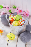 Красочные пасхальные яйца и каменные птицы Стоковое фото RF