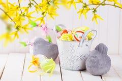 Красочные пасхальные яйца и каменные птицы Стоковые Изображения