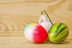 Красочные пасхальные яйца и snowdrops. Стоковое Изображение