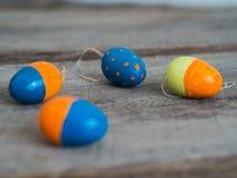Красочные пасхальные яйца на деревянном столе стоковое фото rf