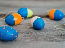 Красочные пасхальные яйца на деревянном столе стоковая фотография rf