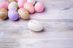 Красочные пасхальные яйца на старой треснутой деревянной предпосылке Стоковые Фотографии RF