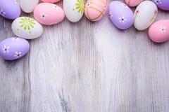 Красочные пасхальные яйца на старой треснутой деревянной предпосылке Стоковое Изображение RF