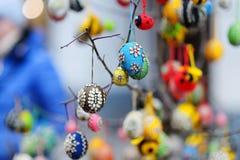 Красочные пасхальные яйца продали в ежегодных традиционных ремеслах справедливо в Вильнюсе Стоковые Изображения