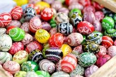 Красочные пасхальные яйца продали в ежегодных традиционных ремеслах справедливо в Вильнюсе Стоковое Фото