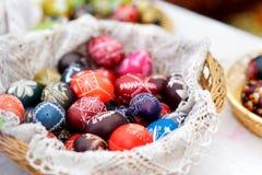 Красочные пасхальные яйца продали в ежегодных традиционных ремеслах справедливо в Вильнюсе Стоковое фото RF