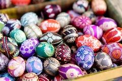 Красочные пасхальные яйца продали в ежегодных традиционных ремеслах справедливо в Вильнюсе Стоковые Фотографии RF