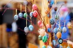 Красочные пасхальные яйца продали в ежегодных традиционных ремеслах справедливо в Вильнюсе Стоковые Изображения RF