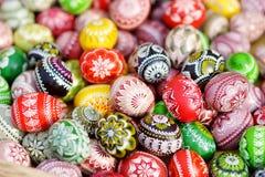 Красочные пасхальные яйца продали в ежегодных традиционных ремеслах справедливо в Вильнюсе Стоковые Фото