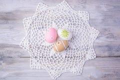 Красочные пасхальные яйца с белым serviette Стоковое Изображение