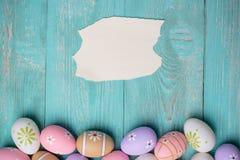 Красочные пасхальные яйца с листом бумаги Стоковое фото RF