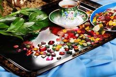 Красочные падения плодоовощ конфеты с самоцветами разбросали дальше Стоковое Изображение