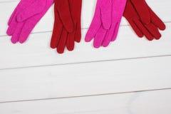 Красочные перчатки на женщина на досках, одежда на осень или зима, космос экземпляра для текста Стоковое фото RF