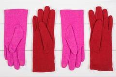 Красочные перчатки на женщина на досках, одежда на осень или зима Стоковая Фотография