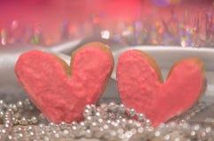 Красочные печенья валентинки Сердце печенья на деревянном столе Стоковые Фотографии RF