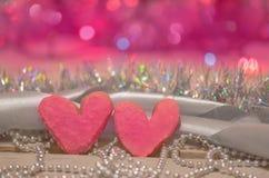 Красочные печенья валентинки Сердце печенья на деревянном столе Стоковые Изображения