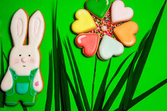 Красочные печенья зайцев и сердца на зеленом цвете Стоковые Изображения