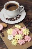 Красочные печенья и кофе меренги Стоковые Изображения