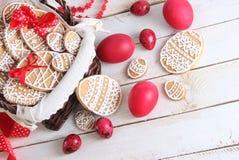 Красочные печенья и синь пасхальных яя Стоковые Фотографии RF