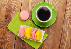 Красочные печенья и чашка кофе macaron Стоковая Фотография