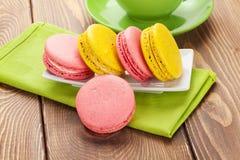 Красочные печенья и чашка кофе macaron Стоковые Изображения