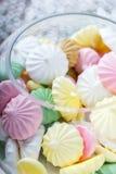Красочные печенья меренги на салфетке, естественном свете Стоковое Изображение