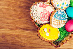 Красочные печенья пасхального яйца в корзине Стоковая Фотография RF