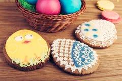 Красочные печенья пасхального яйца в корзине Стоковые Изображения RF