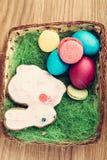 Красочные печенья пасхального яйца в корзине Стоковое Изображение