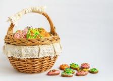 Красочные печенья пасхи в корзине Стоковые Фотографии RF