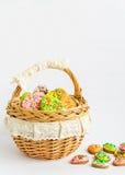 Красочные печенья пасхи в корзине Стоковые Изображения RF