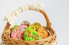 Красочные печенья пасхи в корзине Стоковое Фото