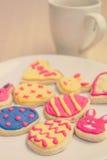 Красочные печенья пасхи на белой плите Стоковые Изображения RF