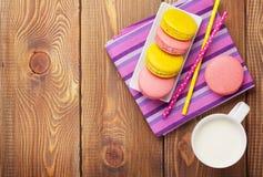 Красочные печенья macaron и чашка молока Стоковая Фотография RF