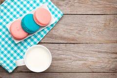 Красочные печенья macaron и чашка молока Стоковое Фото