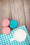 Красочные печенья macaron и чашка молока Стоковое Изображение