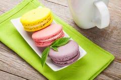 Красочные печенья macaron и чашка молока Стоковое фото RF