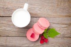 Красочные печенья macaron поленики и чашка молока Стоковое Фото