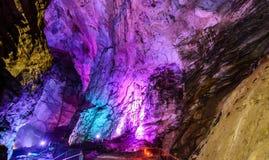 Красочные пещеры Borra расположенные на восточном побережье Индии Стоковые Изображения RF