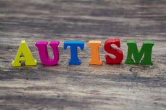 Красочные письма говоря вне аутизм по буквам стоковое изображение rf
