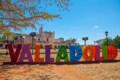 Красочные письма формируют знак Вальядолида с фоном монастыря Сан Бернардино de Сиены Вальядолид, Юкатан, Мексика стоковые фотографии rf