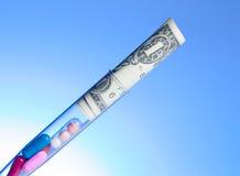 Красочные пилюльки и доллары в пробирке, цена медицинского здравоохранения стоковое фото rf