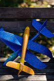 Красочные планеры игрушки на скамейке в парке стоковые изображения rf