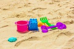 Красочные пластиковые дети игрушки на пляже стоковая фотография