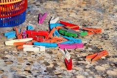 Красочные пластичные зажимки для белья, стойка на таблице Стоковые Изображения