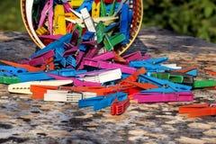 Красочные пластичные зажимки для белья, стойка на таблице Стоковая Фотография