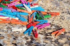 Красочные пластичные зажимки для белья, стойка на таблице Стоковые Изображения RF