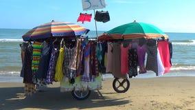 Красочные платья лета проданные уличными торговцами видеоматериал