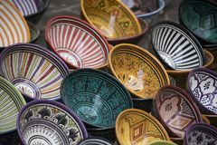 Красочные плиты & блюда в традиционных покрашенных дизайнах на продаже в морокканском рынке Стоковое фото RF