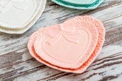 Красочные плиты фарфора с формой сердца Стоковые Фото